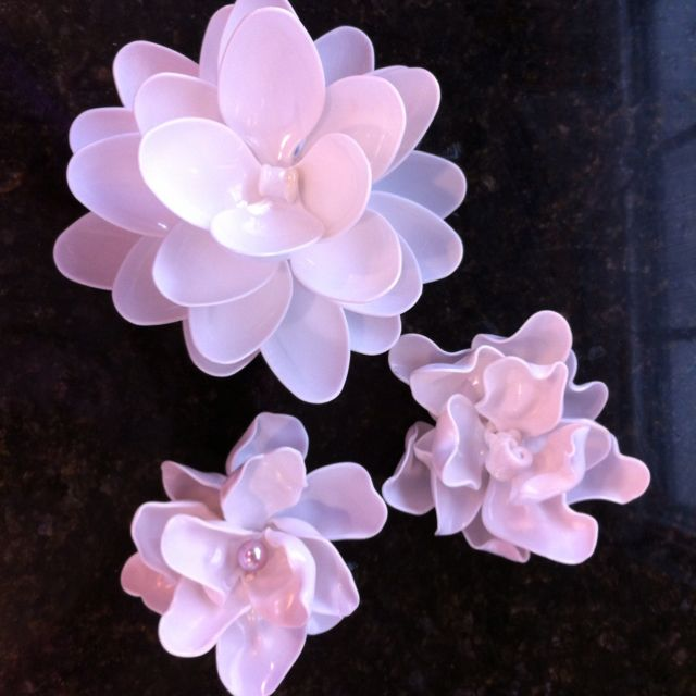 Melted plastic spoon flowers good ideas pinterest for Flowers made out of plastic spoons