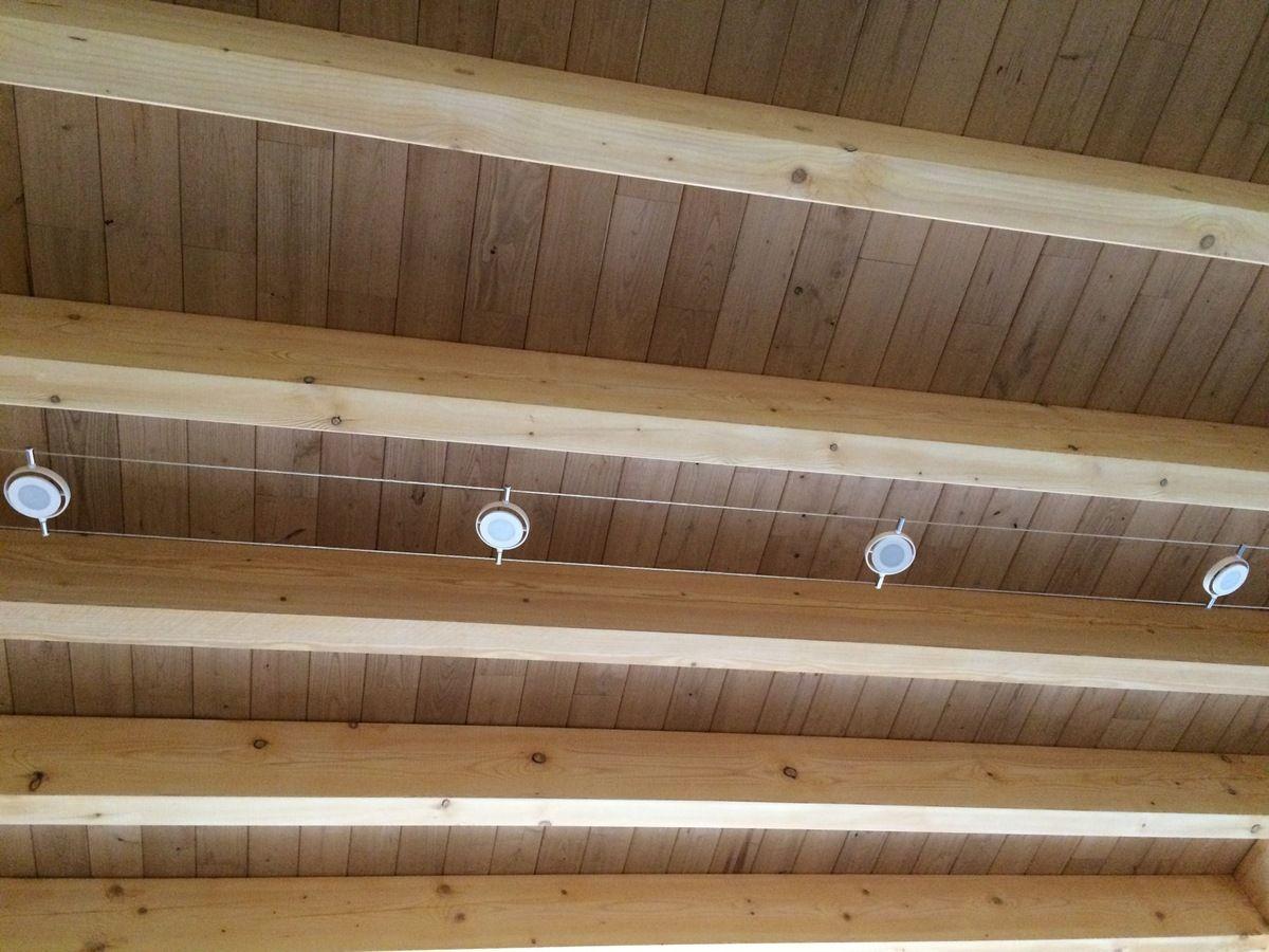 Eclairage Plafond A La Francaise spots sur fil tendu plafond poutres apparentes | plafonds