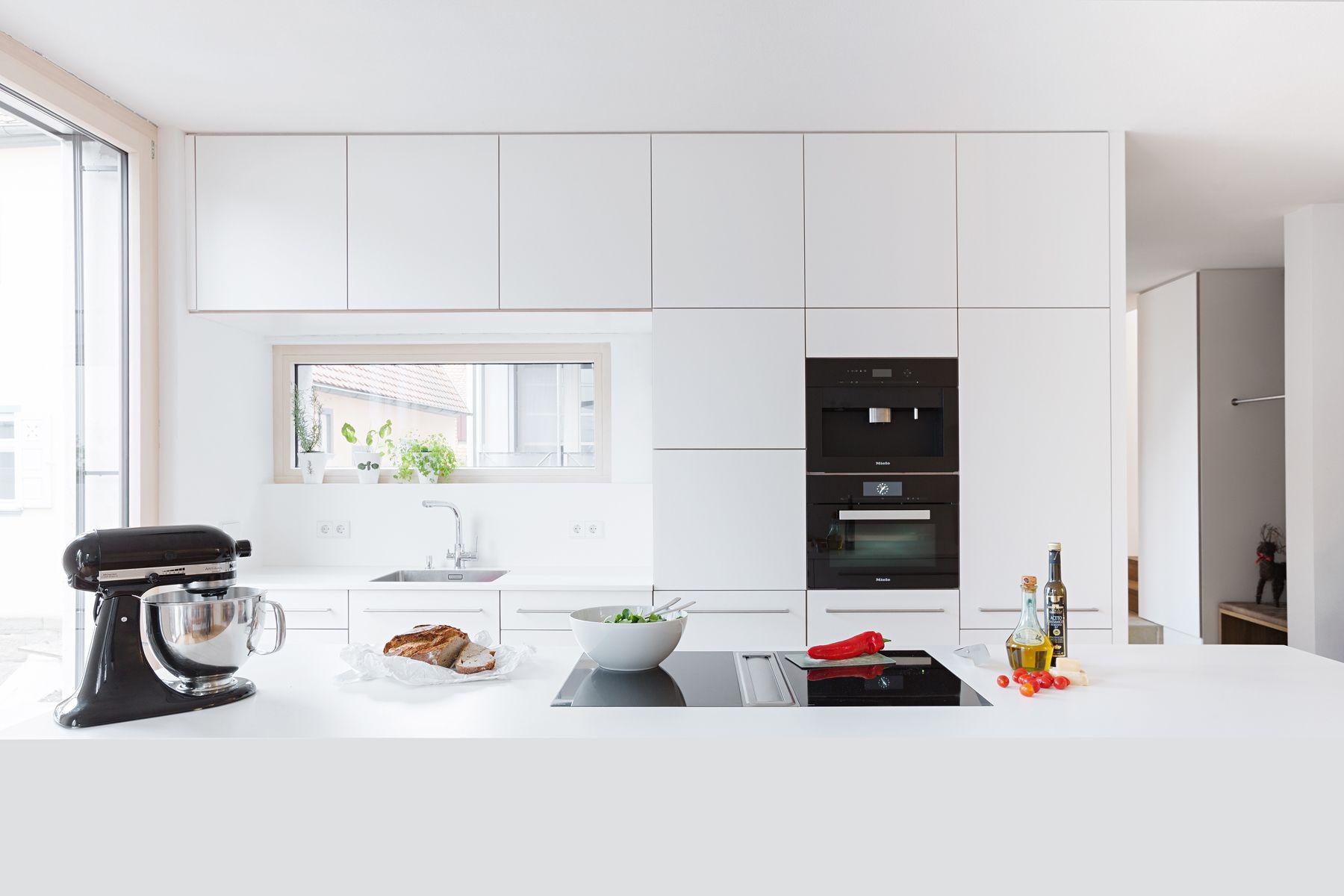 Weiße Designerküche mit grifflosen, deckenhohen TipOn