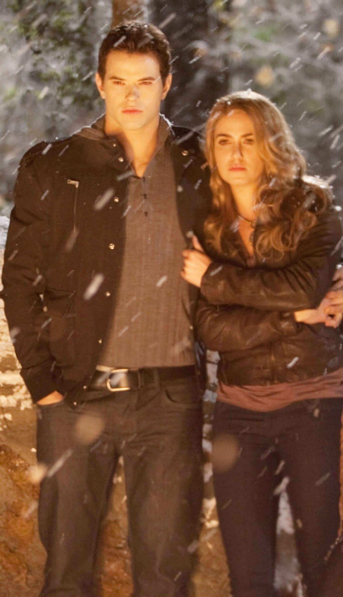Rosalie y Emmett ooooh que pareja más bonita en la nieve :)  Rosalie y Emmet...