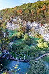 Visiting Plitvice Lakes National Park in Croatia - Curious Travel Bug  Nach einem Spaziergang durch die Höhle von Plitvice haben Sie von oben einen herrlichen Blick auf die Seen von Plitvice, Kroatien. Der Plitvicer See in Kroatien bietet eine atemberaubende Landschaft wie diese. Sie können dies in den unteren Seen von Plitvice sehen. Die geschwungene Promenade eignet sich hervorragend zum Fotografieren beim Wan... #Besuch #des #Kroatien #Nationalparks #Neugierige #Plitvicer #ReiseWanze #travelbugs