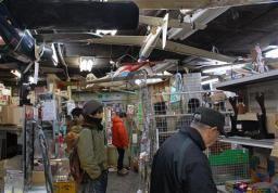 天井からぶら下がる飛行機模型がトレードマークだった中川ライター店。店内は12日で見納めとなる