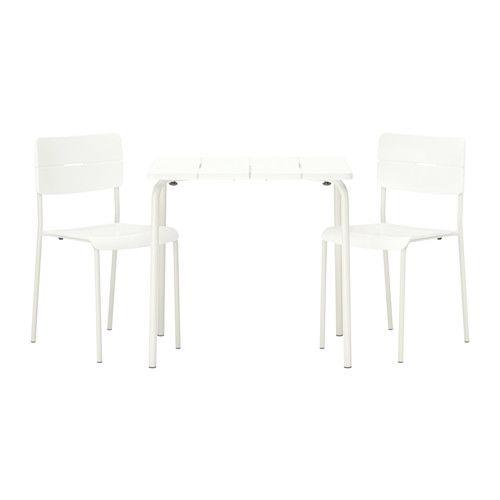 IKEA - VÄDDÖ, Bord + 2 stoler, utendørs, hvit, , Bordet tar lite plass å oppbevare siden det er sammenleggbart.Du kan ha flere stoler lett tilgjengelig uten å ta opp mer gulvplass, siden de kan stables.Bordet og stolen er slitesterke og enkle og vedlikeholde, siden de er laget av pulverlakkert stål og plast.Møblene kommer til å holde seg pene og holde lenger, siden plasten ikke falmer og er UV-stabilisert for å hindre sprekkdannelse og uttørking.Enkel å holde ren – tørk av med en fuktig…