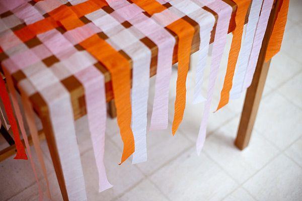 decorando con serpentinas de papel crep