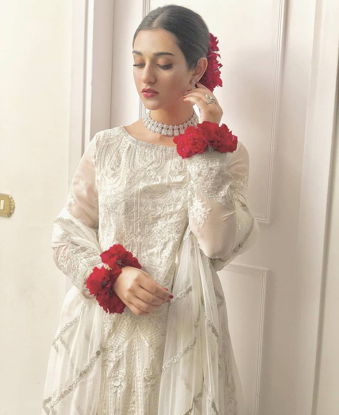 How Stunning Does She Look Sarakhan In An Elegant White Mariabofficial Outfit And G Pakistani Wedding Dresses Pakistani Bridal Dresses Pakistani White Dress