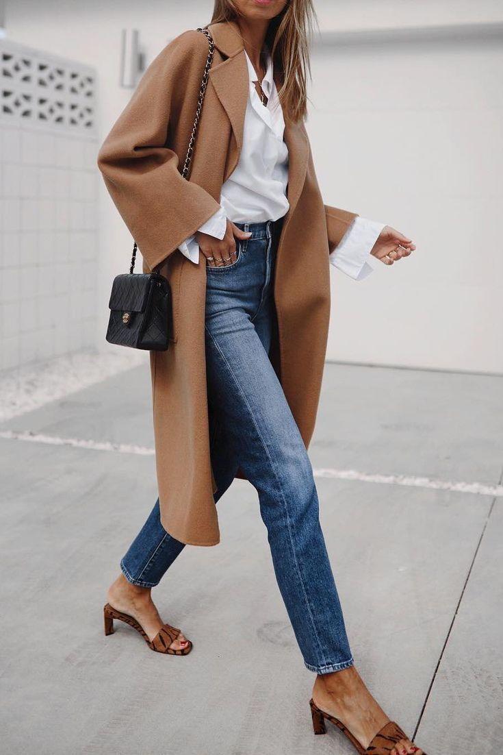 Photo of Leichter Kamelmantel, weißes Hemd mit Knöpfen, Chanel-Tasche und Pantoletten mit …