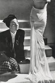 Madeline Vionnet cũng là nhà thiết kế nổi tiếng thời bấy giờ những năm thập niên 20s. Những thiết kế của bà mang hơi hướng nhẹ nhàng, gợi cảm, tự do, thoát khỏi những công thức cứng nhắc.