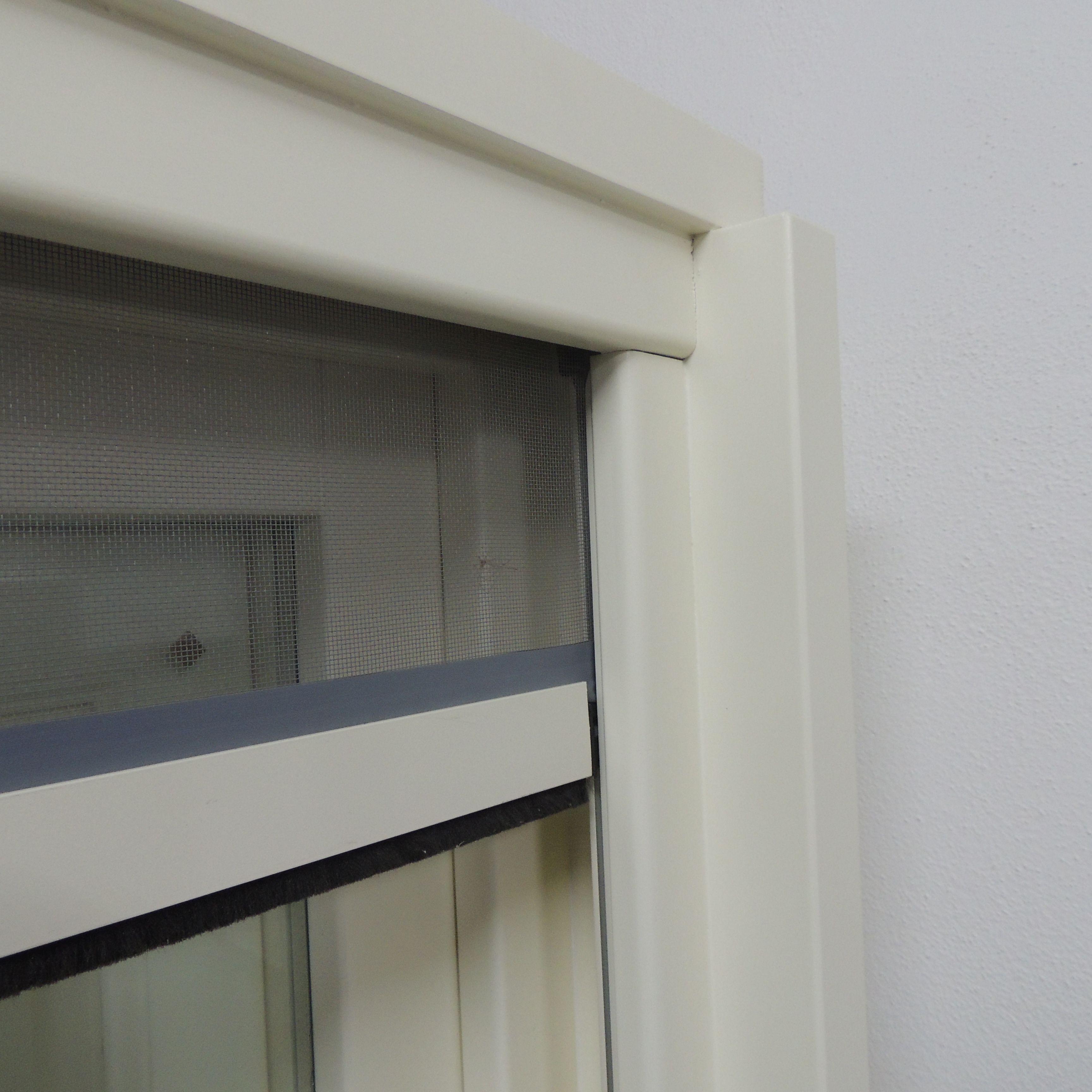 Dettaglio di finestra con zanzariera ad incastro