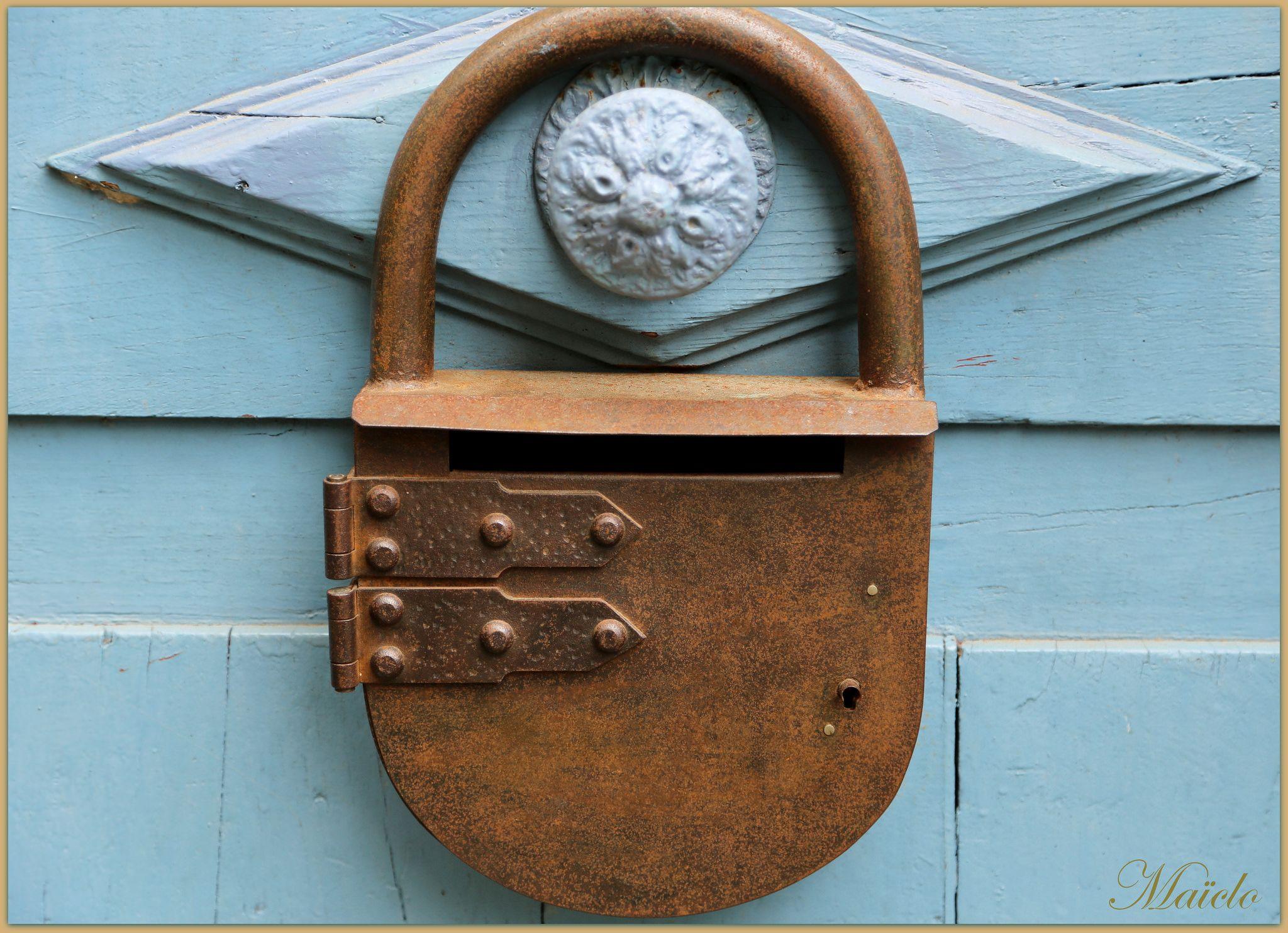 Une porte bien gardée. Dinan, Bretagne.