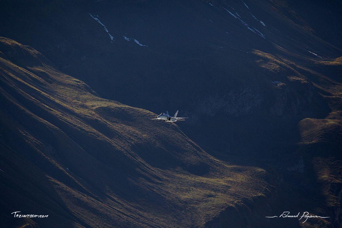 Au cœur de l'immensité | Into the immensity: http://tazintosh.com #FocusedOn #Photo #Axalp #Canon EF 100-400mm f/4.5-5.6L IS USM #Canon EOS 5D Mark II #Falaise #Cliff #McDonnell Douglas - Boeing F/A-18C Hornet #Montagne #Moutain