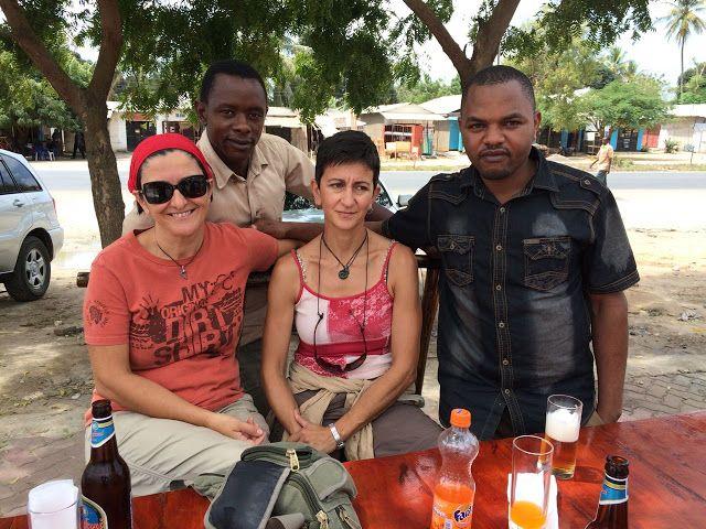 Nuestras amigas con el guía Gregory (camisa marrón) y el cocinero Alfredy (camisa negra)