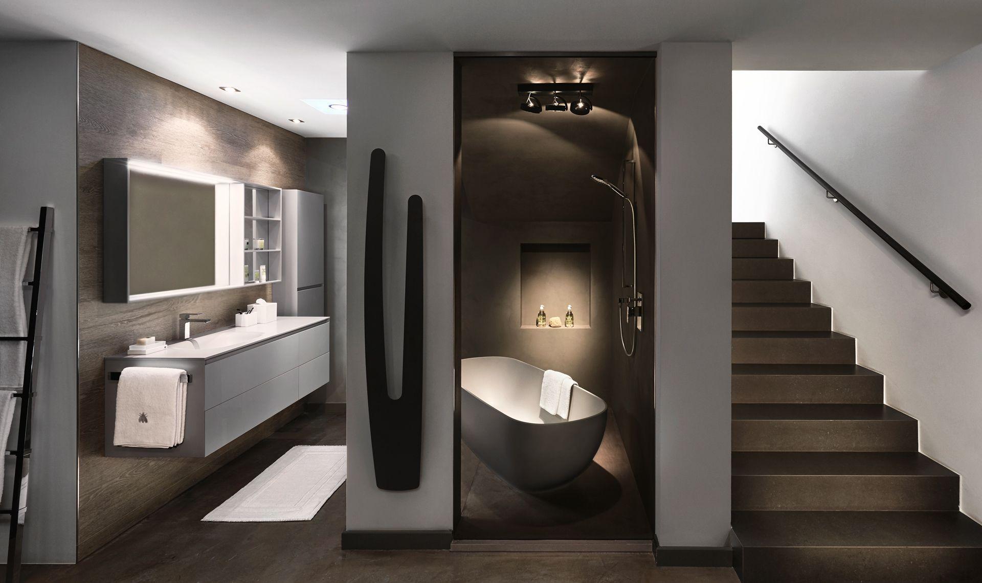 Ein grau gehaltenes badezimmer mit badezimmerschrank inkl gehrungsschnitt an den schrankt ren - Badezimmerschrank grau ...