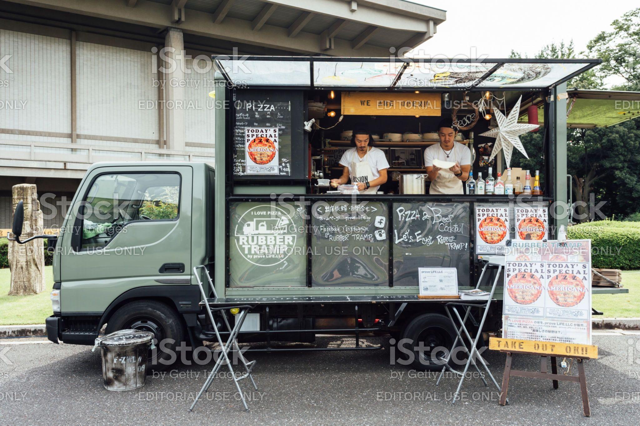 東京フェスティバル市場の公園で日本のフードトラックで販売するピザを準備している2人のアジア人シェフ 移動販売車のロイヤリティフリーストックフォト 2021 フードトラック フードトラックのデザイン 移動販売車