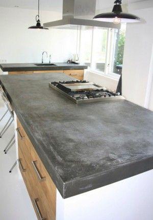 Groot betonnen blad met echt massief eiken houten keukendeuren en