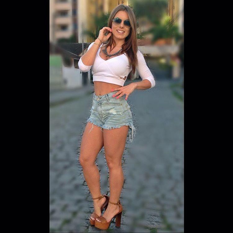 """D&B Moda e Acessorios no Instagram: """"Muita beleza em uma foto só!! A Quinta-feira pede e merece a dupla Cropped+Short Hot que marca presença onde for!! ❤️ Short Jeans - 34, 36, 38 e 40 Cropped - P ✅Whats (47)9723-6006"""""""