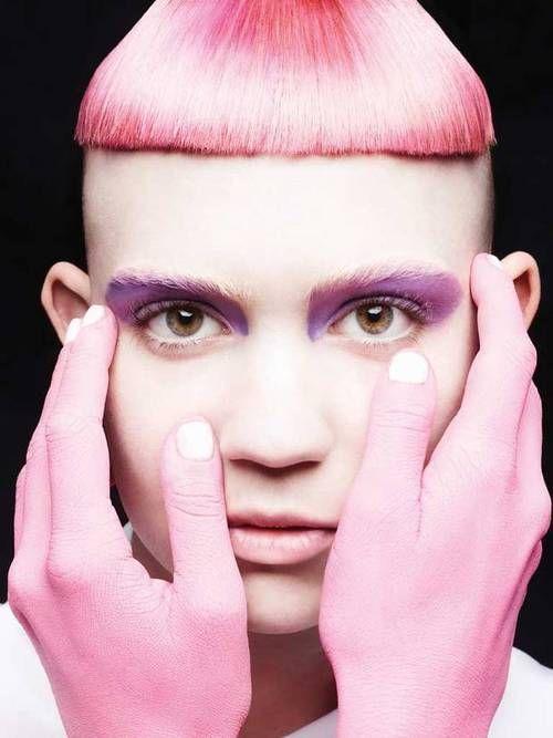 Grimes: el estilismo es como una mezcla de las celebraciones budistas con el look de la vocalista de Die Antwoord y todo el color de Alis Pelleschi. #vistelacalle