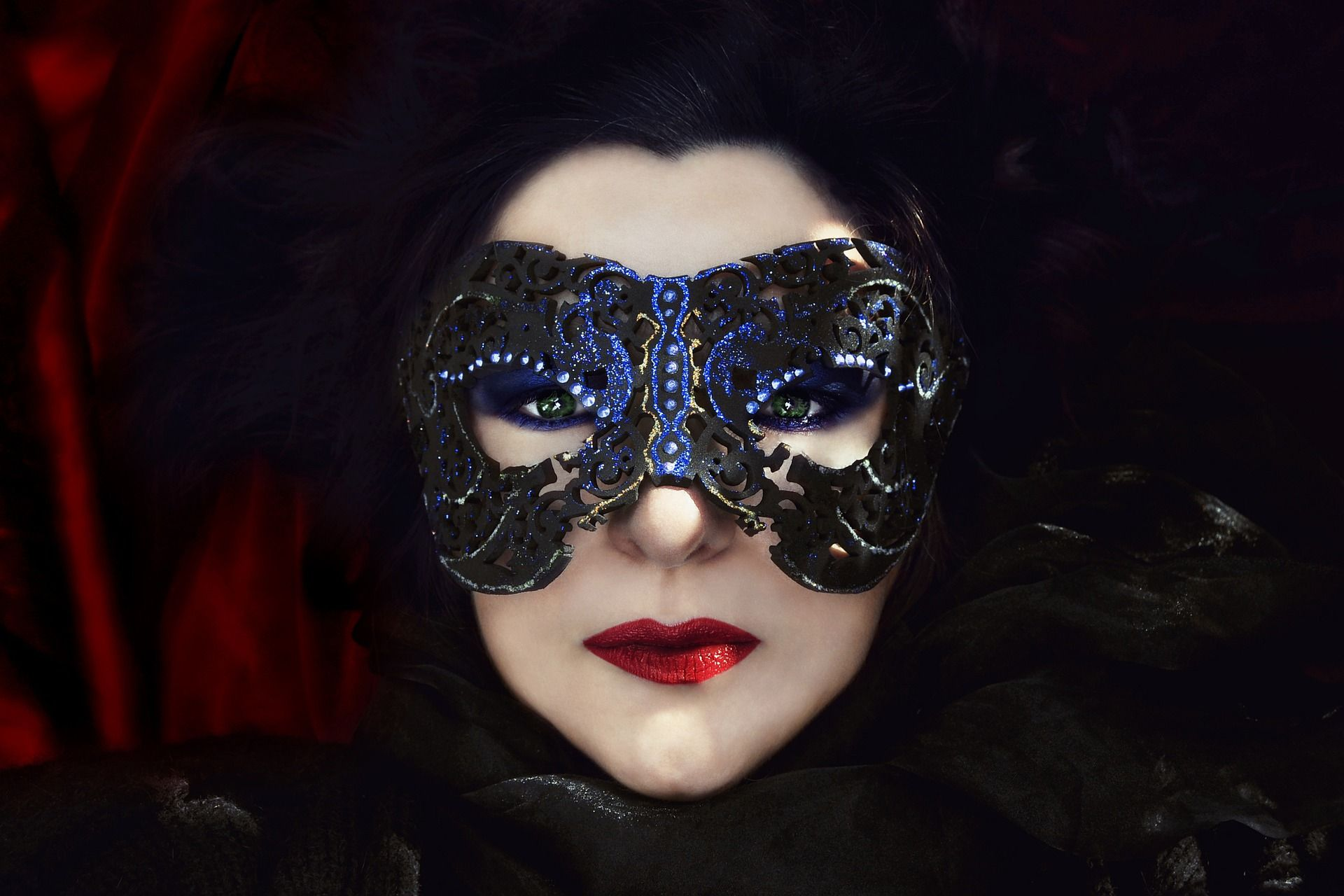 Одел маску и женщины 11