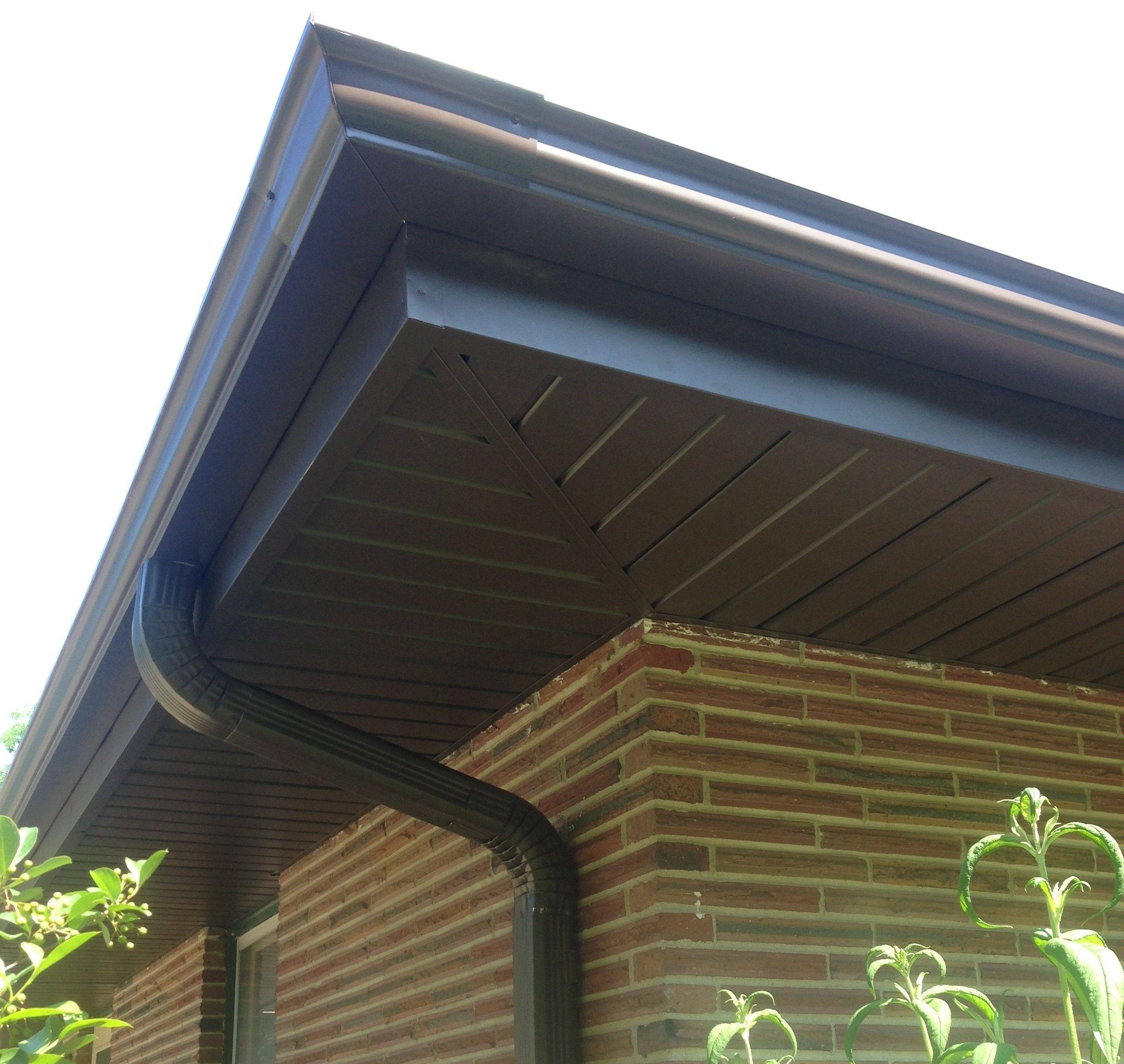Low Maintenance Aluminum Soffit Fascia And Seamless Gutters House Exterior Exterior Remodel Soffit Ideas