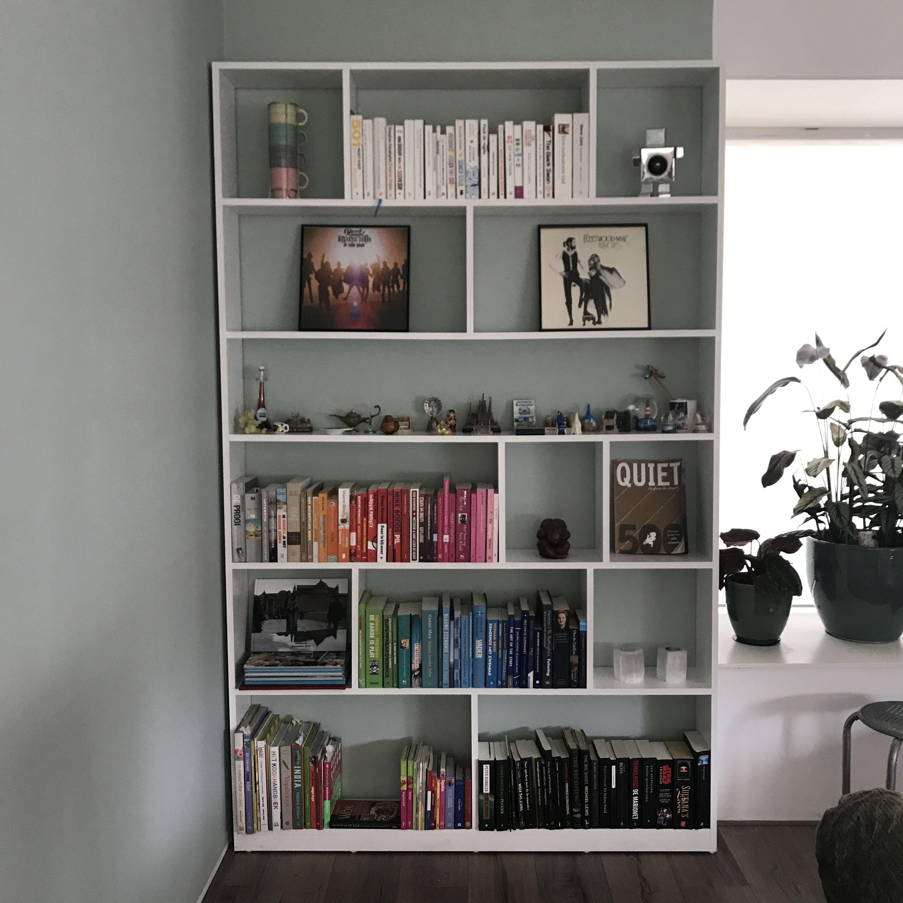 onze zelfgebouwde boekenkast gemaakt van mdf tegen een gekleurde muur gamma kleur oldtimer