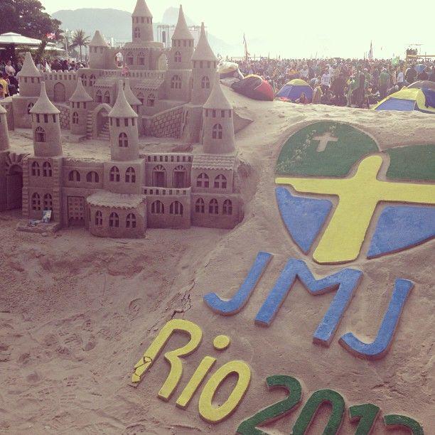 Esculturas de areia que fizeram sucesso entre os peregrinos. Clique de Lorescamilo #Rio2013 #ARQRIO