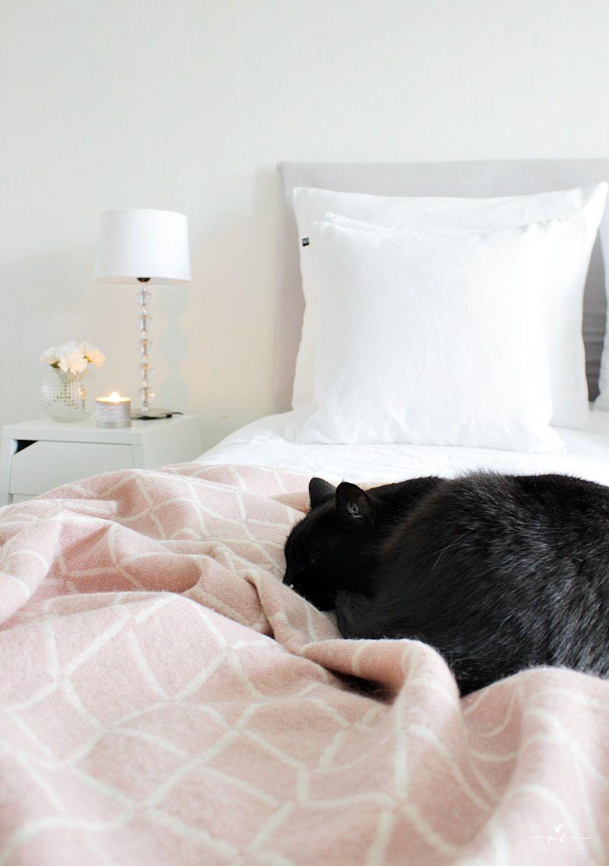 Käsintehty Sängynpääty DIY Headboard Bedroom Decor Interior Bedding Lapuan Kankurit Eskimo Huopa Ikea Nightstand Yöpöytä Cozy Black Cat Musta Kissa Scandinavian Simple Yksinkertainen Sisustus Kot