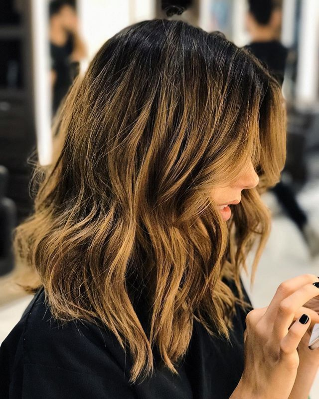 """Loving my new cut and color by @romeufelipe  Meninas que tão perguntando sobre o cabelo! Não sei dizer exatamente o nome da cor, pq tem mechas, mas tão chamando por aí de loiro """"doce de leite""""! Hehe Varia bastante de acordo com a luz, tem foto que fica mais claro, mais escuro...tô amando!! #newhair"""