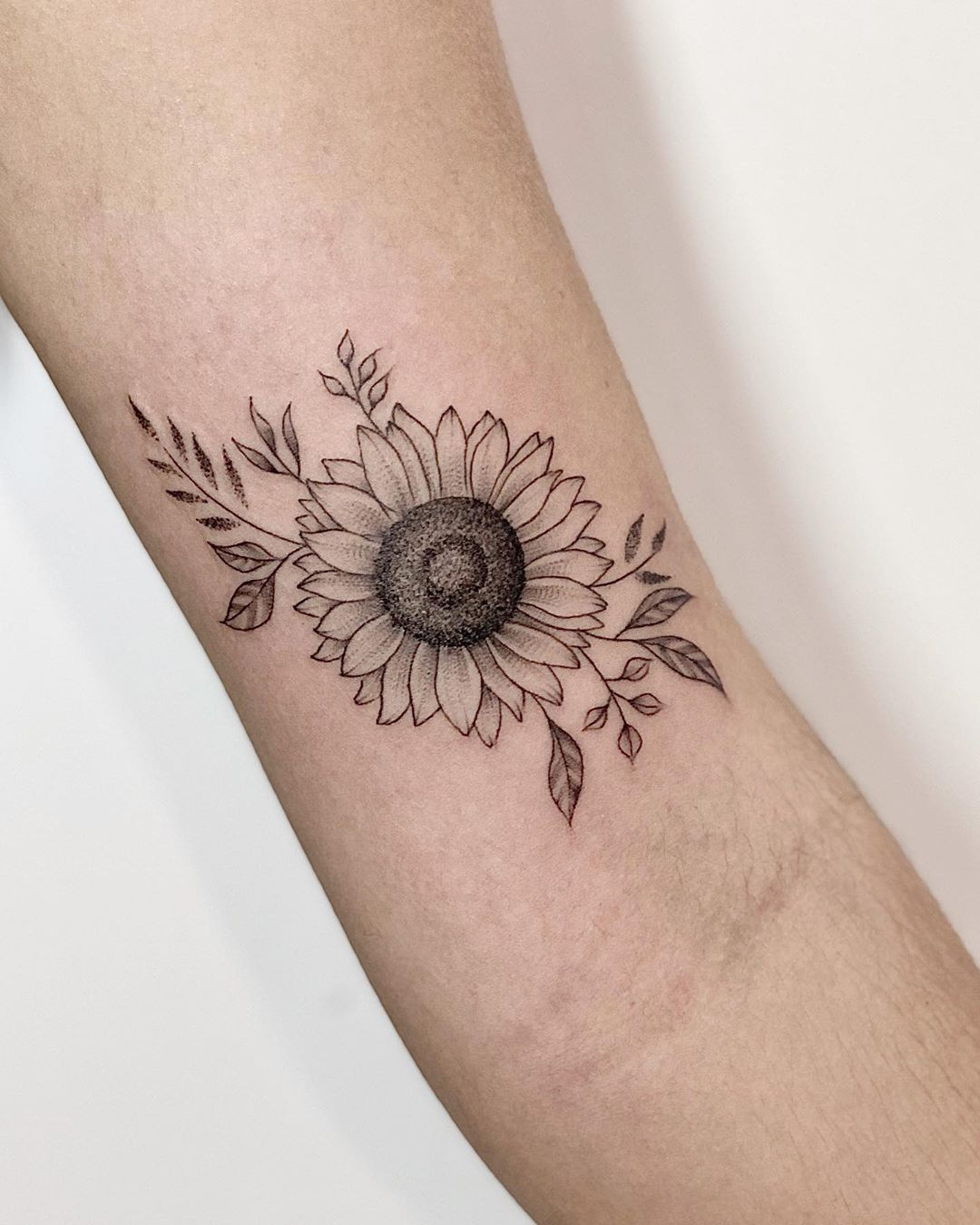 "Andrea Barreda on Instagram: ""🌻Diseño y Tattoo para Luisa Fernanda 🌻 • • • #inking #sunflower #sunflowertqttoo  #tattooing #instattoo  #inkedgirl #minitattoo #tattooer…"""