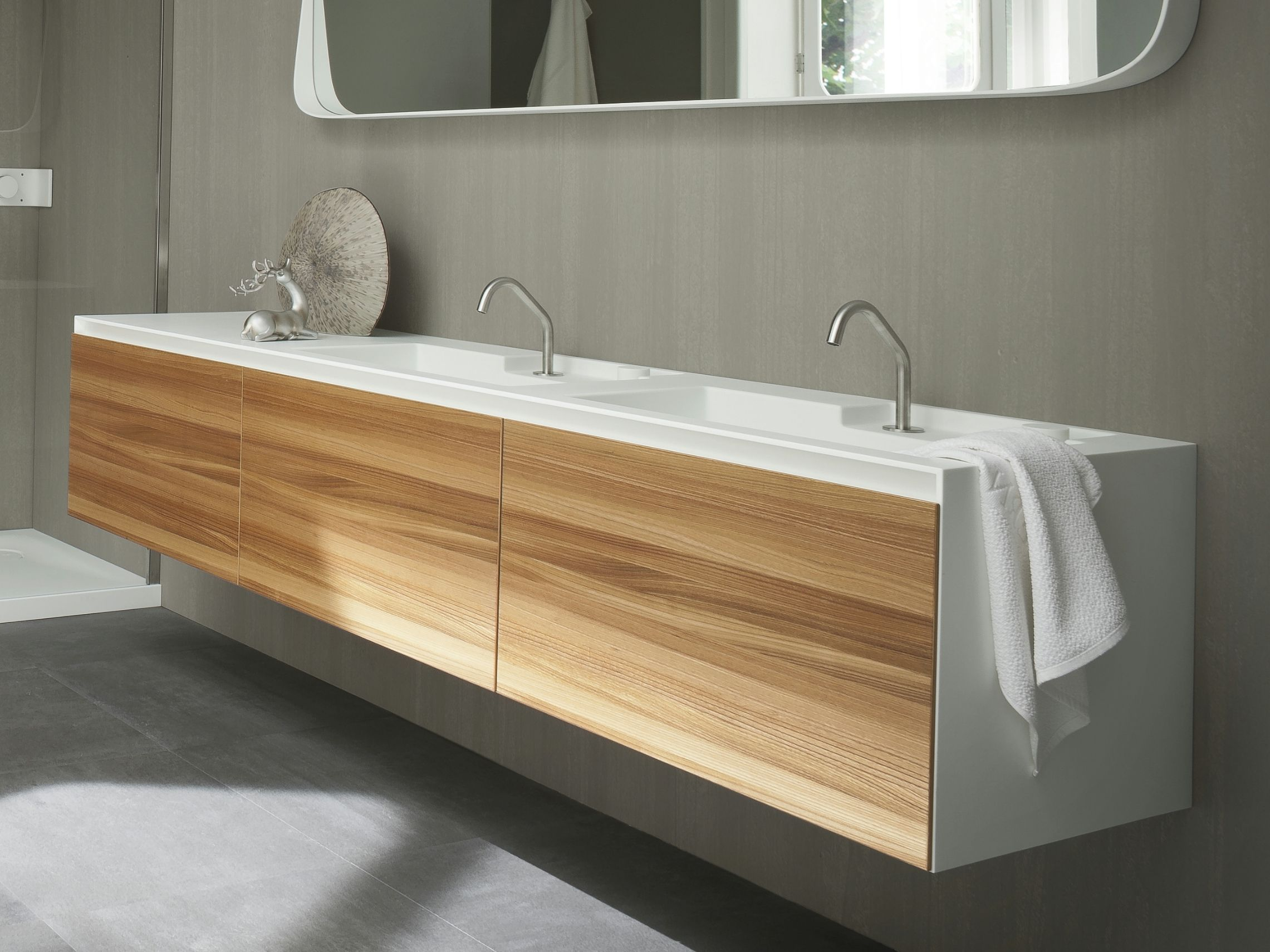 H ngender waschtischunterschrank aus corian mit t ren for Hangedekoration wohnzimmer
