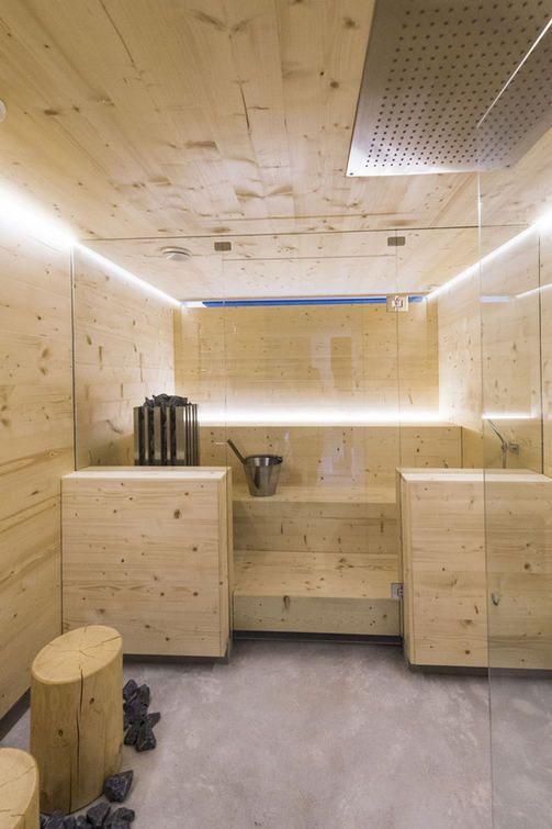KOHDE 25 Saunasta ei tarvitse lähteä hakemaan erikseen löylyvettä, kun sen seinässä on vesipiste. Saunasuihku helpottaa myös lauteiden ja lattian siivoamista.