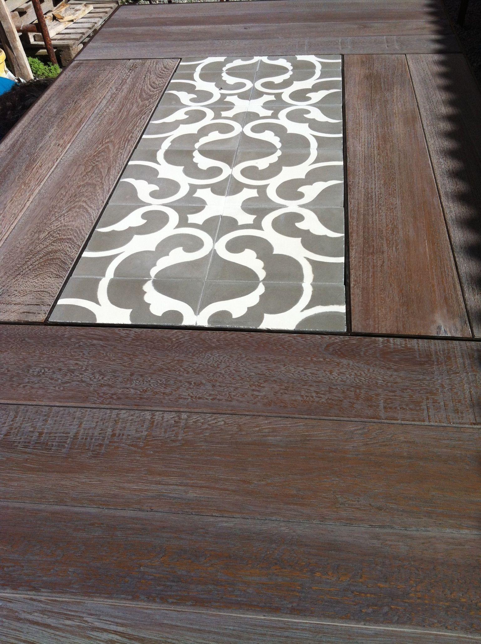 Mesa de hierro y madera de Iroko con centro de baldosa hidráulica de ...