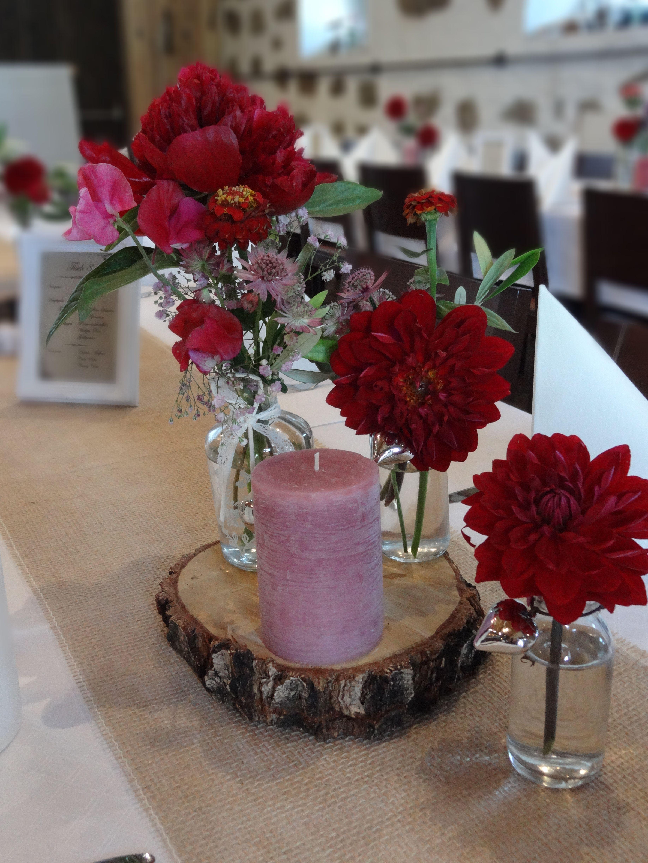 Vintage Hochzeit Mit Roten Pfingstrosen Und Roten Dahlien Auf Holzscheibe Www Blumenwer Tischdekoration Hochzeit Blumen Hochzeit Deko Tisch Blumendeko Hochzeit