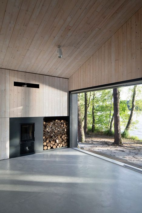 Fam architekti 39 s lake cabin is a waterside retreat in a for Modernes waldhaus