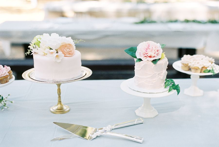 Beautiful cakes and minis- the perfect food for a vintage country fair party with a very feminine feel!