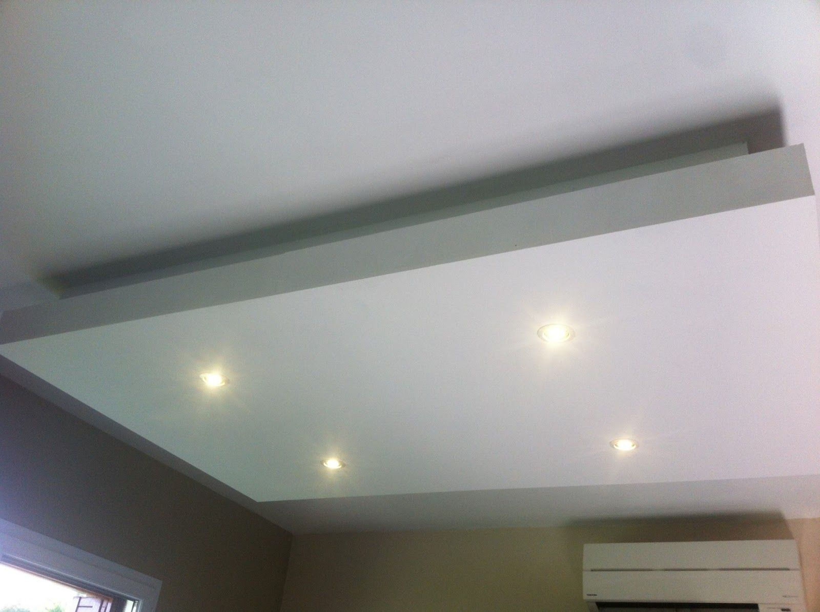 Eclairage plafond salon for Salon faux plafond