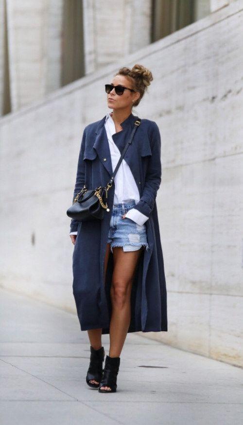 Con una gabardina larga por eso de las lluvias.   22 Maneras de convertir tu camisa blanca en la prenda más cool