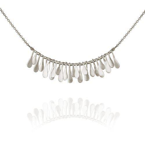 Inara - feminint halskjede i sølv. Laget av den tyrkiske smykkedesigneren Yonna Derofe. Pris: 1.450 kroner
