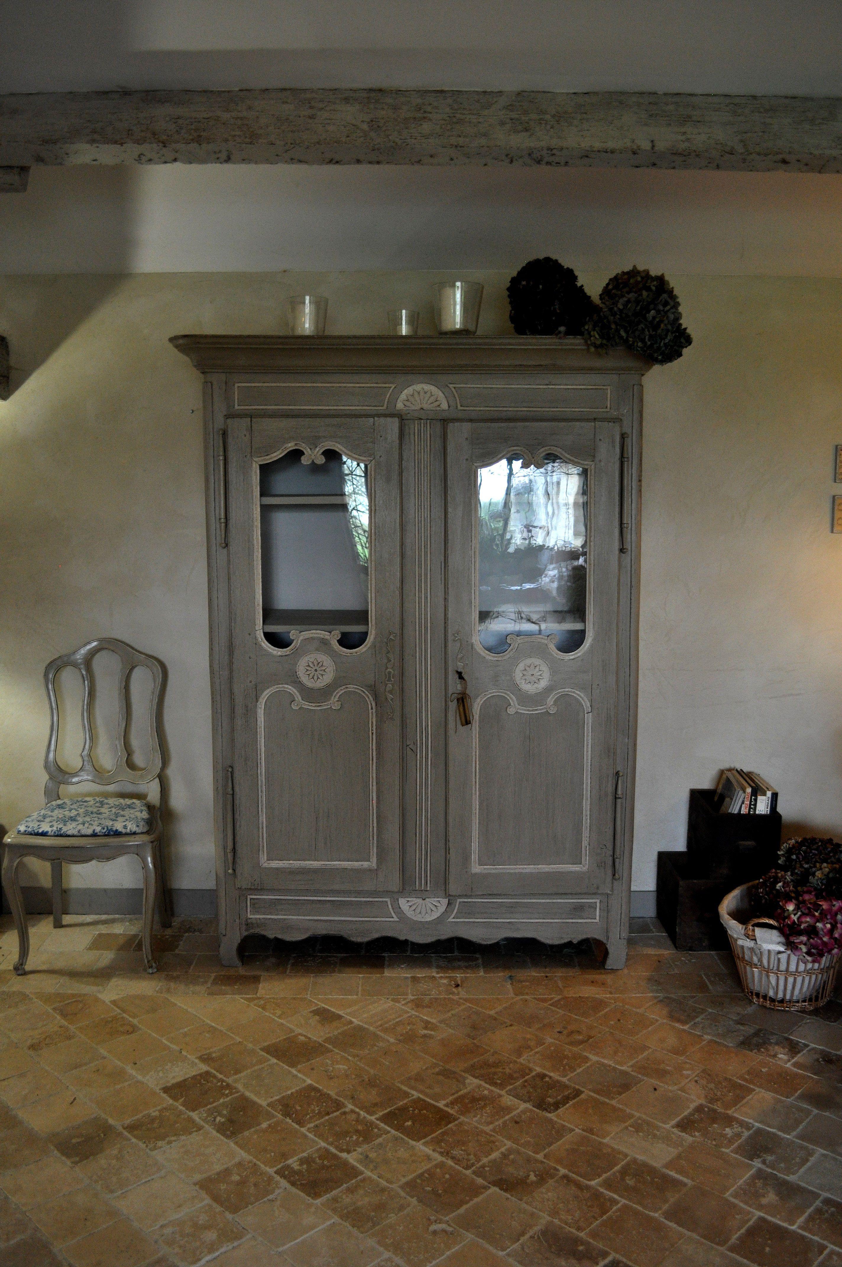 Tres belle armoire vitrée d'origine Normande, Louis XV Patinée par les patines de Mélusine et en vente ici: https://www.lespatinesdemelusine.fr/meubles-a-la-vente/