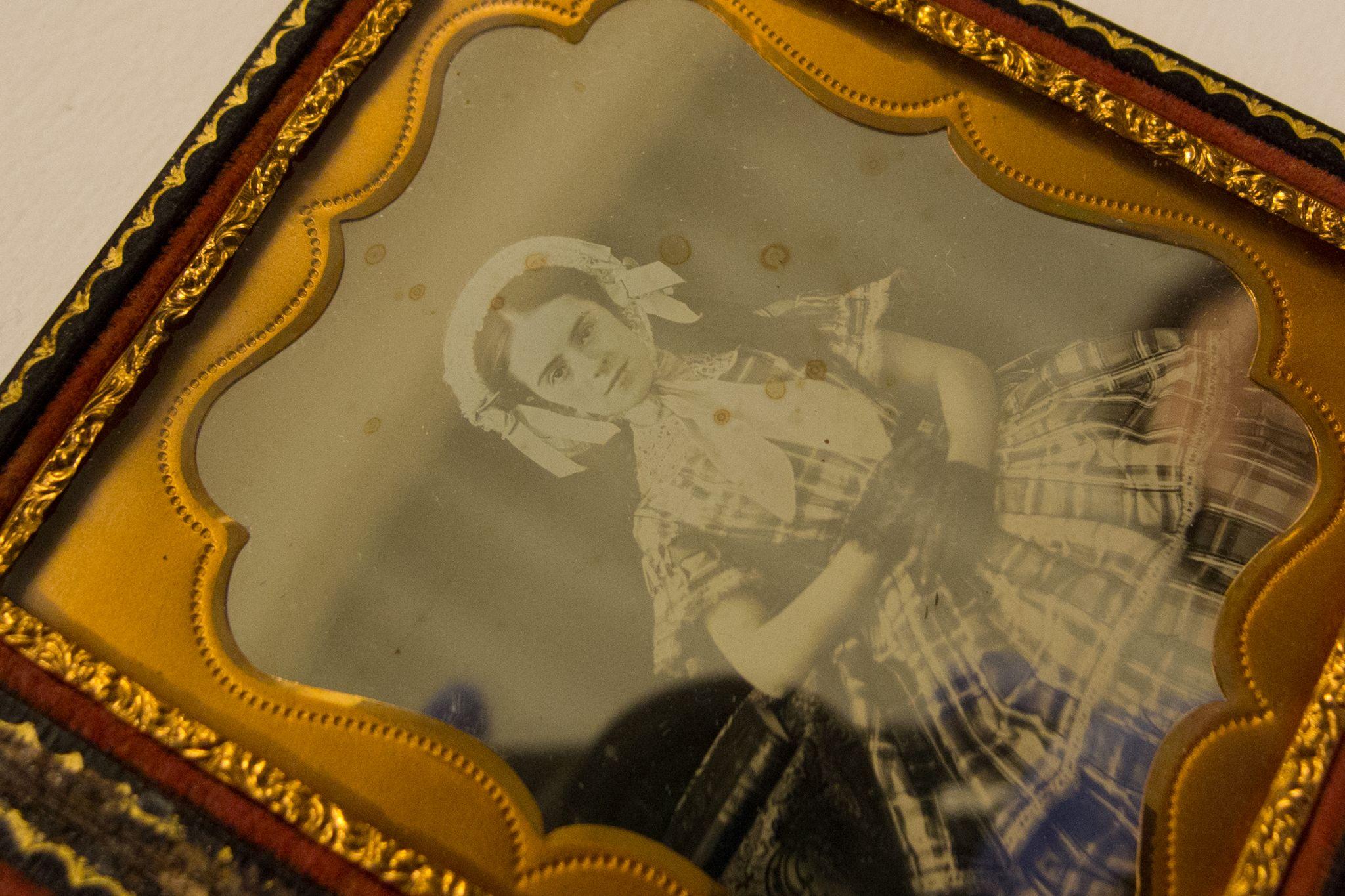 Deterioro sobre la placa daguerrotipo por limpieza con tiourea. Col. A.Gallego.