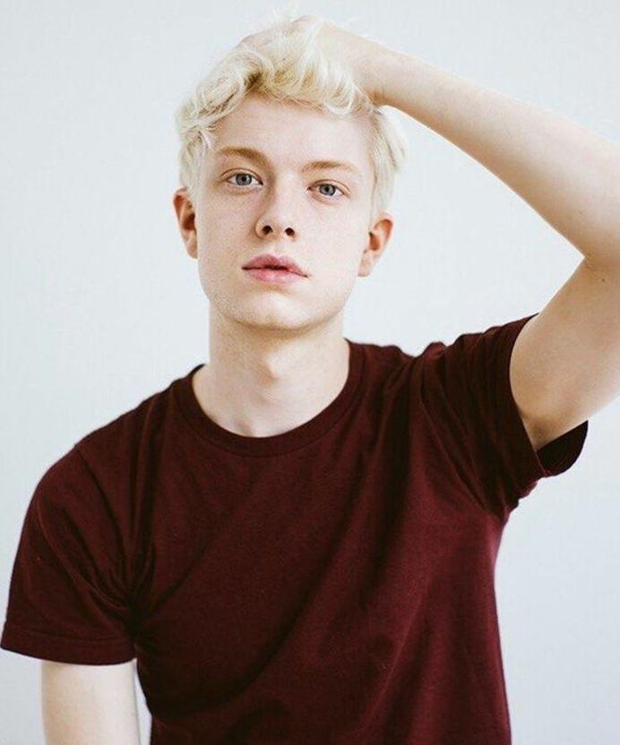 1001 id es de coiffure ado gar on un peu trop styl es blond platine homme tee shirt rouge et - Meche rouge homme ...