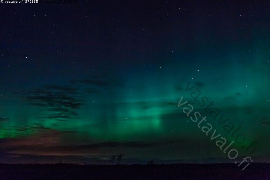 Syksyiset revontulet - revontulet taivas ilta tähdet silhuetti aurora borealis pilvet Matkaniva Oulainen Pohjois-Pohjanmaa hämärä luonto syksy