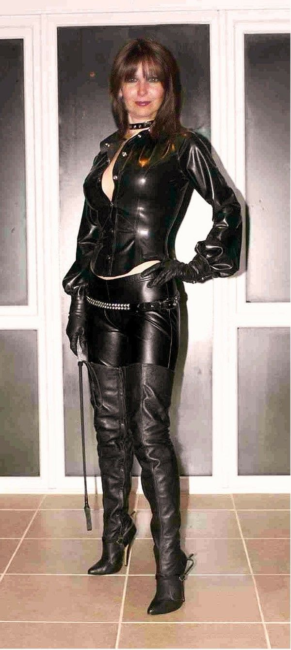 Mature Women Wearing Leather 39
