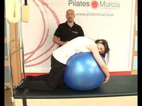 Ejercicios con fitball o pelota de pilates para aliviar la lumbalgia o  lumbago - YouTube 4a89bb034114