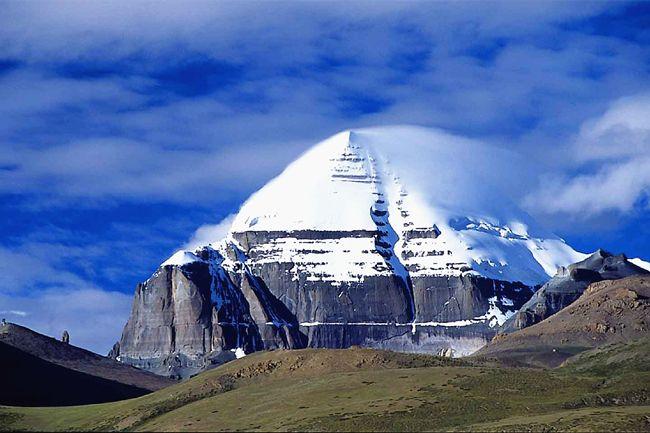 """Kailash: Weltberg im Zentrum des Universums. Darauf entsteht ein natürliches Symbol 卍, welches im Buddhismus """"alles Glück sammeln"""" bedeutet."""