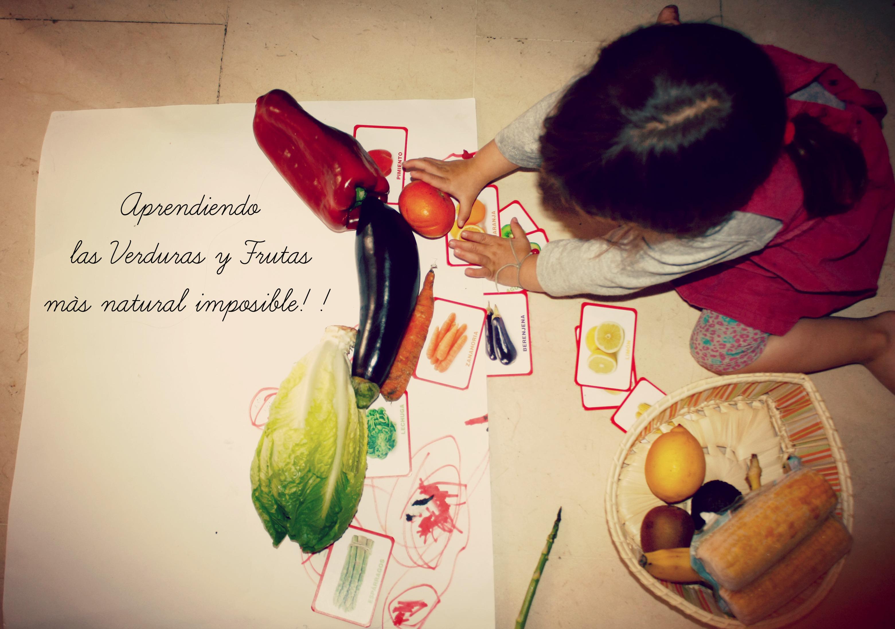 Con unas tarjetas de frutas y verduras, ella fue colocando cada una con su correspondiente