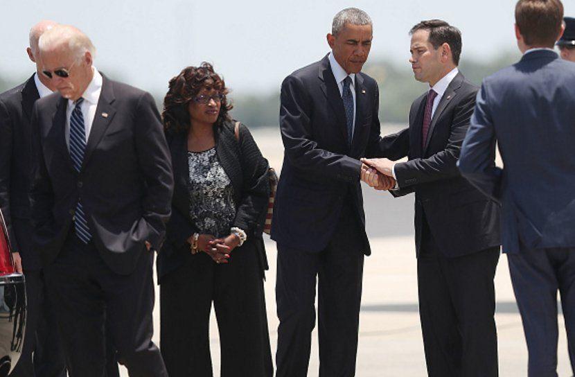 "Charlie Spiering on Twitter: ""Awkward handshake/backpat between @marcorubio and Obama at the airport -> https://t.co/j1B18p3lzI"""