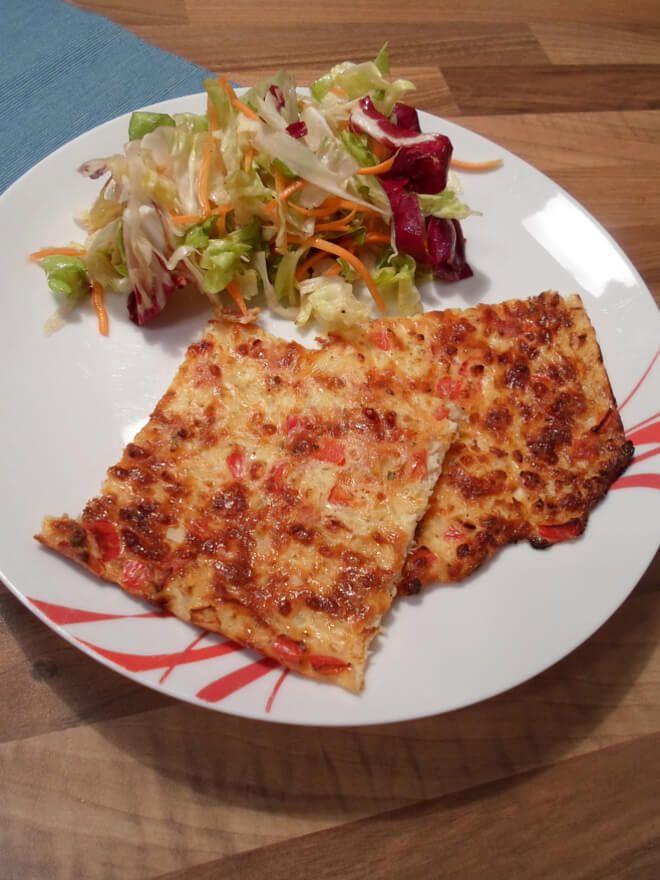 Eine leckere Low Carb Schüttelpizza mit gemischtem Salat. Dieses Rezept eignet sich bestens als Abendessen zum Abnehmen, da es kohlenhydratarm und reich an Eiweiß ist. #abnehmen #ernährung #rezept #rezepte #lowcarbrezepte #healthycrockpots