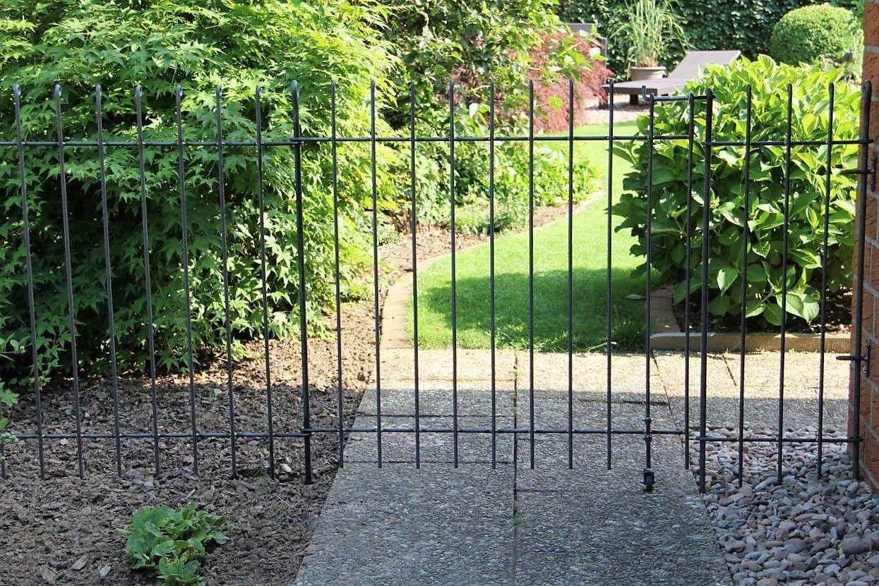 Gartenzaun Fur Einen Hund Der Steckzaun Ist 115 Cm Hoch Das Tor