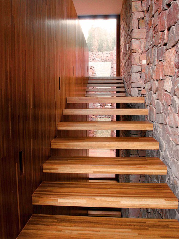 Escalera de madera suspendida en el aire casas vivi - Como hacer escaleras ...