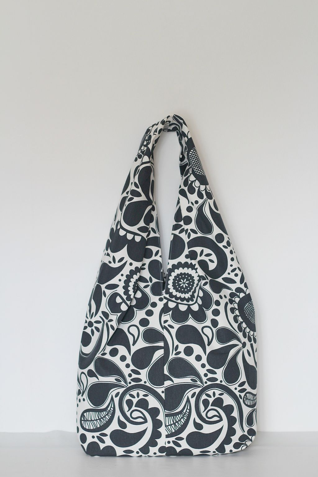 Easy slouchy fabric bag. FREE sewing pattern and FREE sewing ...