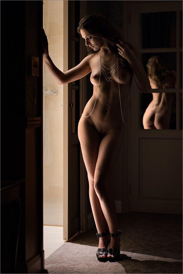 Erinnerung an die schöne Zeit in Paris. Mirror Corridor II - Anuschka in an Hotel in Paris